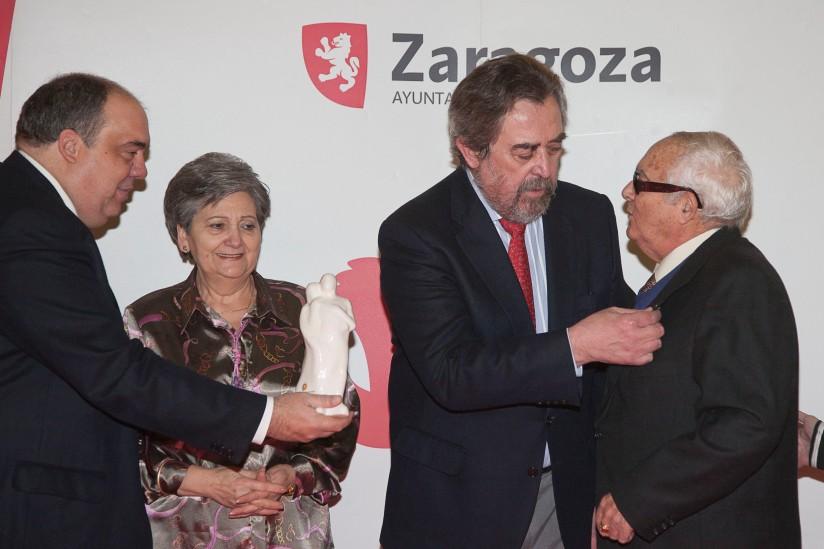 El Alcalde recibe a una pareja participante en la celebración de sus Bodas de Oro en Zaragoza