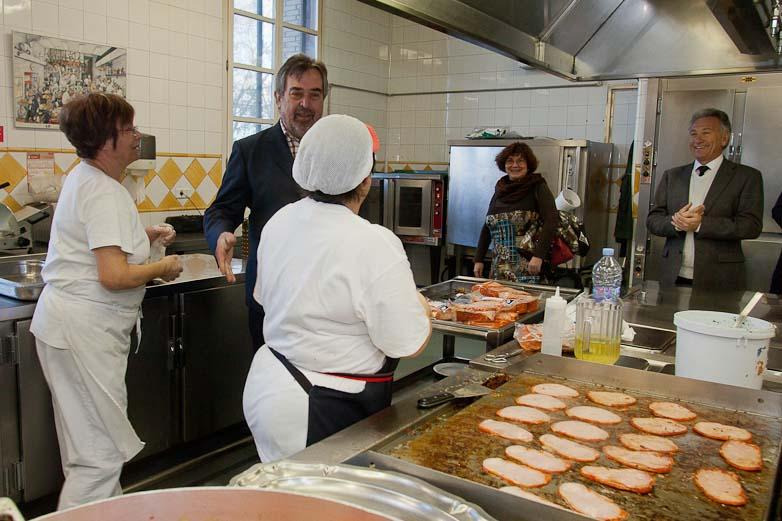 el Alcalde de Zaragoza felicita la navidad a trabajadores y residentes de la Casa Amparo
