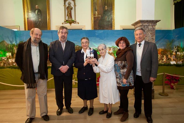 El Alcalde de Zaragoza visita el Belén de la Casa Amparo