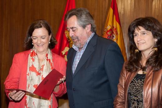 La diputada europea Inés Ayala recibe de manos de Juan Alberto Belloch las propuestas de la Mesa Nacional de la Bicicleta